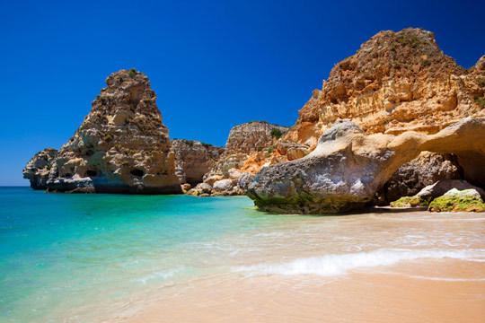 En julio viaja hasta la costa de El Algarve y pasa unos días increíbles con 7 noches en régimen de alojamiento y desayuno en el Hotel Montemar*** ¡Un lujo a tu alcance!