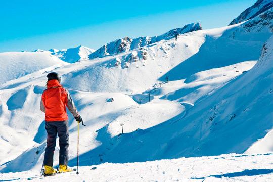 Nochevieja en Astún: Estancia de 3 noches de hotel + 2 días de forfait ¡Comienza el año rodeado de nieve!