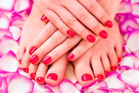 Presume de manos y pies perfectos con una manicura o pedicura con esmaltado permanente ¡Si quieres puedes realizarte los dos tratamientos a la vez para lucir estupenda!