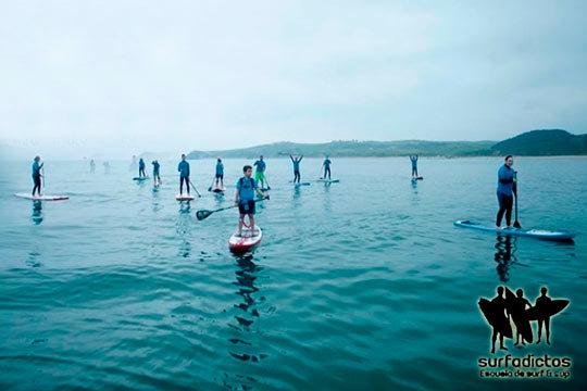 Descubre el Sup con Surfadictos con un bautismo en la Playa del Merón de San Vicente de la Barquera