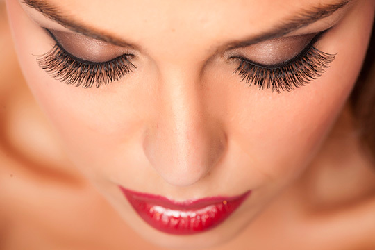 Consigue una mirada espectacular gracias a las extensiones de pestañas y diseño de cejas en el Centro de Belleza Lucía Romero ¡Perfecta!