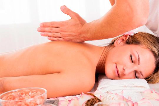 Date un capricho con una sesión de masaje de cuerpo completo ¡A elegir entre deportivo o relajante!