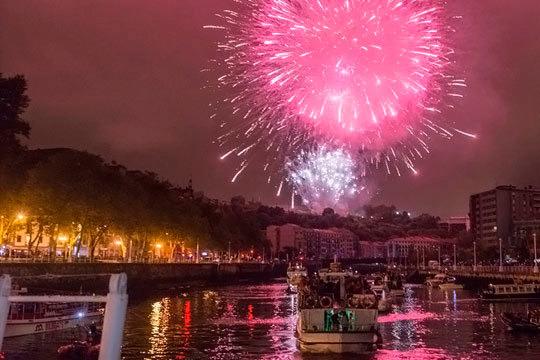 Disfruta de un plan muy especial este Aste Nagusia ¡Admira los fuegos desde un coqueto barco acompañado por 2 flautines y la mejor música!
