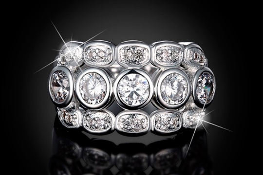 Anillo Andris en color plateado con incrustaciones de Swarovski elements® ¡Elegancia para vestir tus dedos!