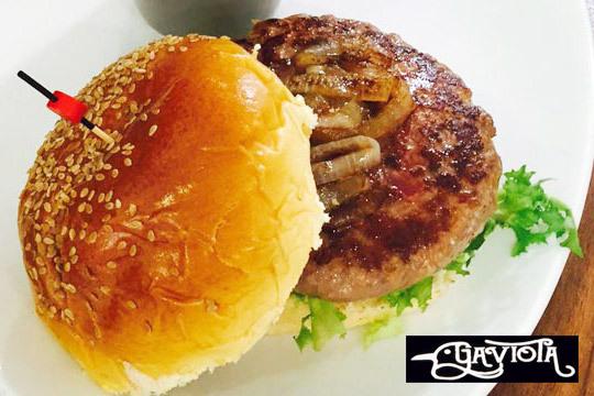 Menú con hamburguesas a elegir + ración de patatas + bebida para llevar o comer en el local ¡Disfruta del auténtico sabor de las burguers caseras de La Gaviota!