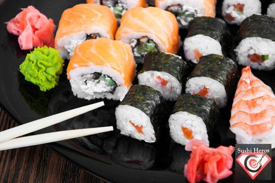 Disfruta en casa y en buena compañía del sushi de calidad de Sushi Heros ¡44 piezas de varias clases para que los pruebes todos!