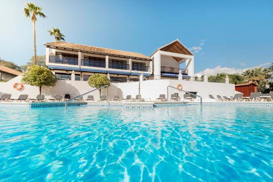Pasa unas increíbles vacaciones en Estepona con 7 noches en hotel 3* y régimen de media pensión ¡Un verano incomparable!