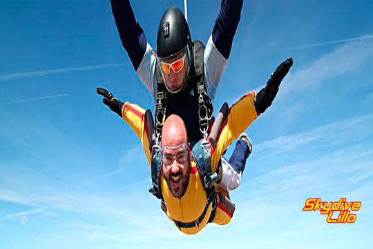 Descarga adrenalina con un Salto en Paracaídas en tándem desde 4.000 metros ¡El mundo a tus pies con los profesionales de Skydive Lillo!