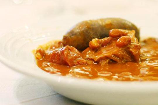 Degusta las mejores alubias de Gastrobar Donos con todos sus sacramentos, postre y botella de vino