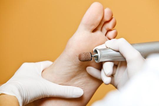 Brinda a tus pies los cuidados que se merecen un completo tratamiento de belleza con corte y limado de uñas, pulido de durezas y masaje