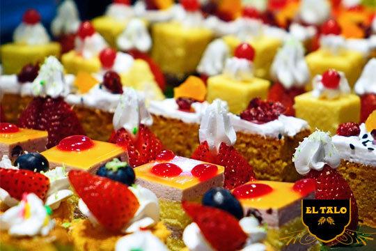 Disfruta de dulces artesanos con una bandeja surtida de 12 pastelitos variados en Pastelería El Talo Los Herrán