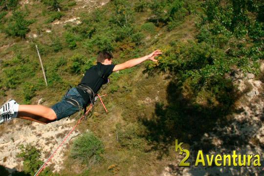 Haz realidad tus sueños y surca los aires con K2 Aventura ¡2 saltos de puenting desde el pantano del Ebro!
