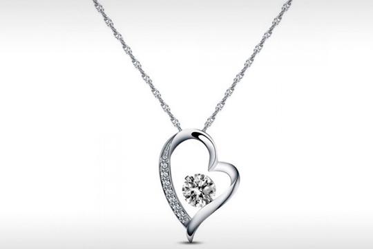 Luce en tu cuello este elegante y romántico colgante ¡Un corazón que brilla e ilumina tu rostro!