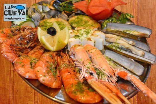 Disfruta del mejor marisco del Barrio Pesquero de Santander en Restaurante La Cueva: Cigalas, nécoras, buey de mar, langostinos... ¡Y vino Ribeiro!