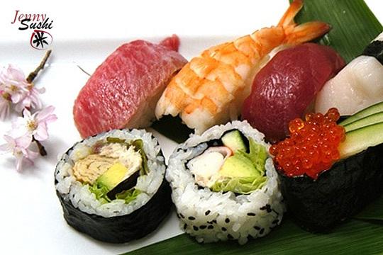 Menú japonés para llevar con sushi variado, gyozas, ensalada wakame y bebida en Jenny Sushi ¡Disfrutarás de la gastronomía japonesa sin salir de Donostia!