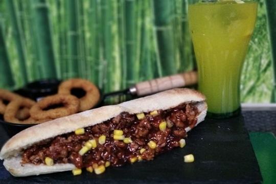 Disfruta de un exquisito bocadillo en Astuy Taberna ¡Con entrante y bebida includos!