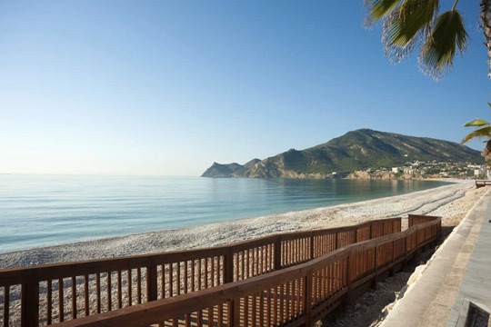 ¡Disfruta de unas vacaciones en familia en Alfaz del Pi! Con 7 noches de alojamiento y pensión completa en el Hotel Albir Playa****, situado en la Playa del Albir