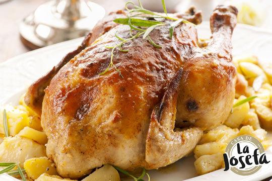 Disfruta de un completo menú de pollo asado con patatas fritas, ensalada mixta y bebida en Casa de la Josefa ¡Te encantará!