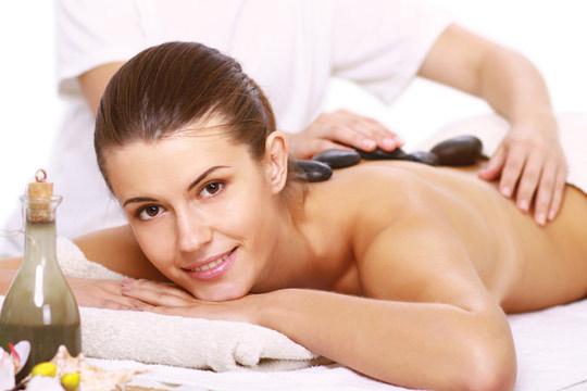 Relájate y siéntete más ligera que nunca gracias a un masaje con piedras calientes y una sesión de presoterapia medicoestética Ballancer en Clínica Estética Avelina del Pozo