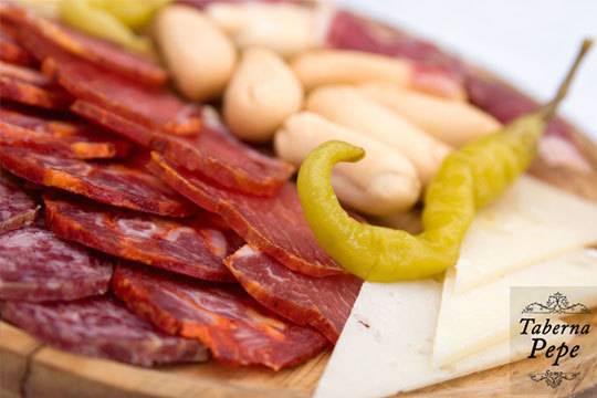 Menú de picoteo con ibéricos, gambas y queso en T. Pepe (Somo)