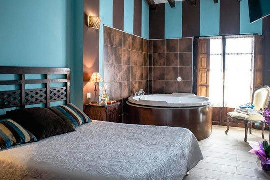Disfruta de una escapada romántica en Suances en la encantadora Posada Noelia ¡Noche en habitación superior con desayuno y detalle romántico!