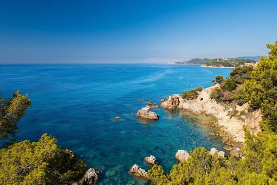¡Disfruta de todas las posiblidades que te da la Costa Brava este verano! Estancia de 7 noches en apartamento en primera línea de la playa en L'Estartit