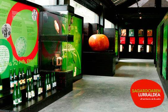 Disfruta de una entrada a Sagardoetxea, el museo de la sidra, para adulto o niño ¡Incluye visita guiada, cata de sidra para adultos o mosto para menores y una botella de sidra para adultos!