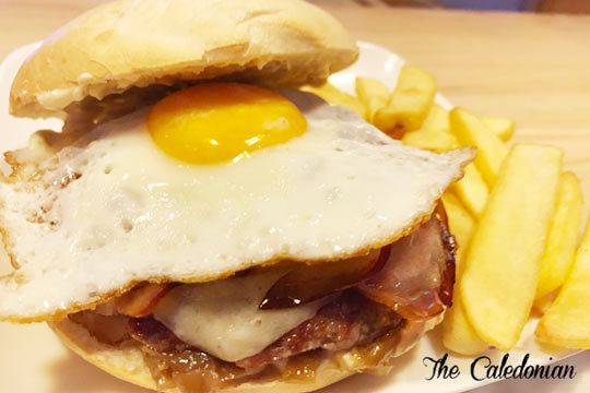 No te pierdas este plan de hamburguesa en The Caledonian ¡Incluye ración de patatas y bebida!