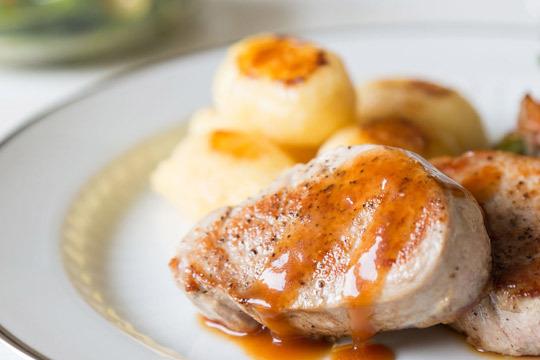Degusta en exquisito menú elaborado con los mejores ingredientes en los fogones del restaurante Aizkorri