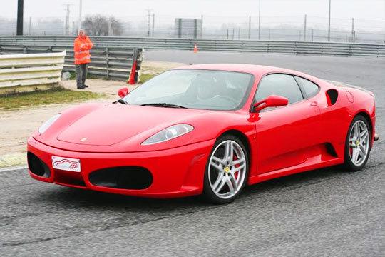 Vive una escapada única con una noche de hotel para 2 + conducción para 1 persona de Ferrari, Lamborgini o Porsche en carretera o circuito