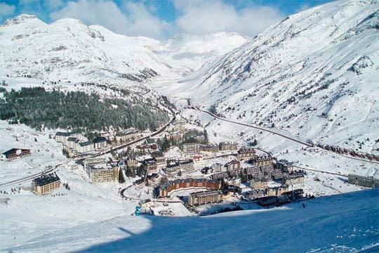 Disfruta de un fin de semana de esquí con 2 noches en Apartamentos Candanchú 3000 + 2 días de forfait para 4 personas