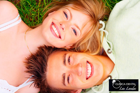 Luce una sonrisa bonita y sana con las sesiones de blanqueamiento LED y la limpieza bucal de la clínica dental Las Landas