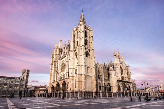 Déjate enamorar por la arquitectura y paisajes de León con este circuito de 5 días con media pensión + excursiones