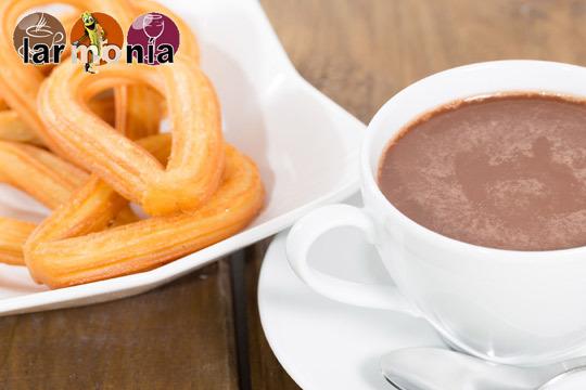 Disfruta de un desayuno artesano en la Chocolatería Larmonía con unos churros con chocolate y zumo de naranja