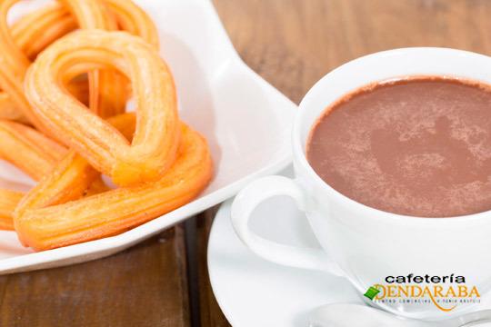 Degusta el mejor chocolate con churros en la cafetería Dendaraba del centro de la ciudad ¡Un plan ideal para compartir!