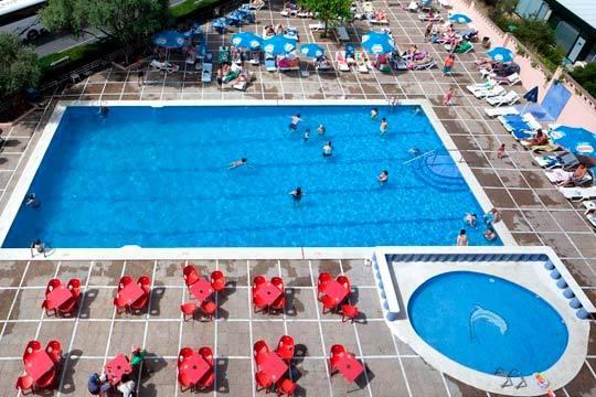 Disfruta de la playa en el puente de mayo con 4 noches en pensión completa en el hotel Top Molinos Park de Salou