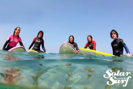 Día de surf en la playa de Suances ¡Clases impartidas por la familia Solar, campeones de España y Europa!