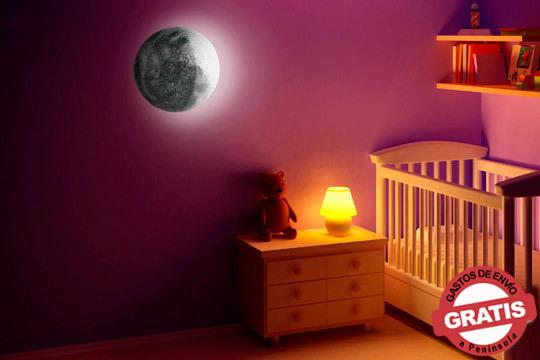 Pon un pedazo de cielo en tu habitación para que a las noches nunca les falte un poco de luz gracias a esta lámpara 'La luna' ¡Perfecta para niños con miedo a la oscuridad!