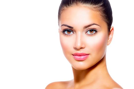Brilla con luz propia con la higiene facial + diseño y depilación de cejas + depilación de labio superior y masaje ¡Estupenda!