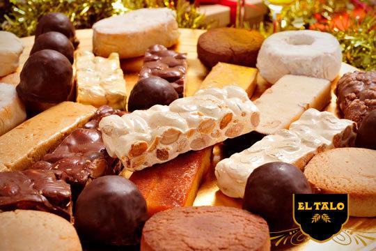 Estas fiestas disfruta de los mejores dulces con esta caja de Navidad que incluye un surtido de deliciosos mantecados, turrones y polvorones ¡Elige entre con o sin azúcar!
