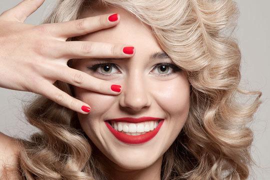Presume de manos perfectas por más tiempo gracias a una completa manicura con esmaltado semipermanente ¡Y con diseño de cejas para estar perfecta al detalle!