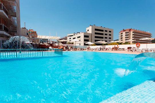 En el mes de agosto tómate unas vacaciones en la playa con 7 noches en pensión completa en el hotel Sorra Daurada Splash