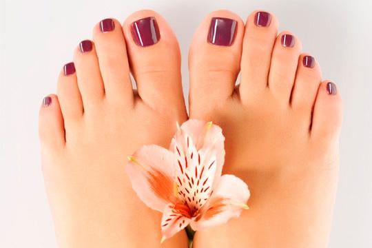 Cuida tus pies con una pedicura completa en Peluquería Marisol que incluye torno, masaje podal, esmalte semipermanente ¡Y más!
