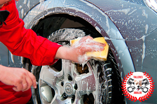 Lavado de coche interior y exterior en Talleres Amalur ¡Limpieza a mano para un resultado más efectivo!