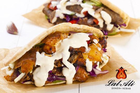 Disfruta de la sabrosa comida turca con 2 kebabs o durums de carne a elegir + 2 raciones de patatas + 2 bebidas en Lal Ali