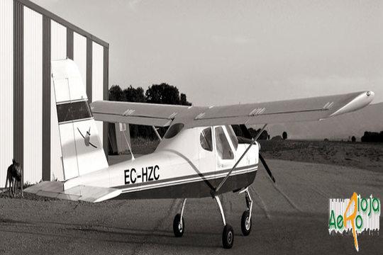 Vive una experiencia apasionante atravesando el cielo en un avión pilotado por ti mismo haciendo virajes, ascensos y descensos. ¡Siente nervios, ilusión y un estallido de adrenalina que no podrás olvidar!