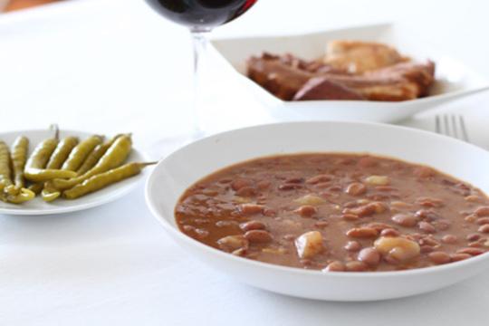 Come todas las alubias que quieras con sus sacramentos, entrante, postre y botella de Rioja por solo 12,5€ en el Asador Berango ¡Con amigos o en familia!