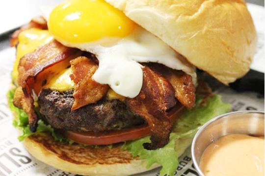 """Descubre La Anjana de Gajano con este menú """"burger"""" para 2 con quien más te apetezca. ¡Ideal de camino a la playa de Somo!"""