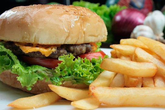 2 hamburguesas o bocatas, patatas y bebida ¡Añade café y postre!