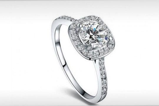 Anillo Crystal Pave Halo en color plata y con zirconita ¡La forma más elegante de vestir tus dedos!